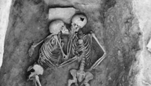 Pár byl pohřben zaživa. Po 2800 letech archeologové objevili něco opravdu neobvy