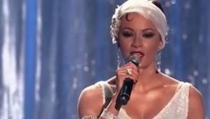 Přišla na pódium oblečená jako z filmu Osobní strážce. Když začala zpívat, byla