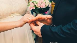 Posmívala se obézní ženě při výběru svatebních šatů, pak majitel salonu udělal n
