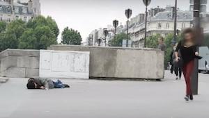 Člověk leží na zemi a prosí o pomoc dvakrát po sobě. Podruhé Vám padne čelist!