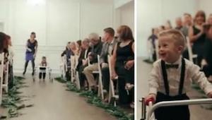 Malý chlapeček kráčí k oltáři. Dívají se na něj znepokojení hosté. Podívejte se