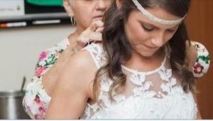 S těžkým srdcem se v nemocnici obléká do svatebních šatů. Dobře ví, že to je zár