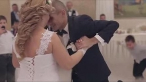 Ženich na vozíku pozve svojí ženu k jejich prvnímu tanci. V 1:21 se ale stane ně