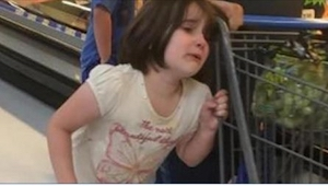 Žena uslyšela v supermarketu pláč malé holčičky. Z toho, co uviděla, byla zděšen