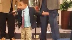 4letý chlapeček se postavil v kostele a začal zpívat. Když skončí? Budete ohrome