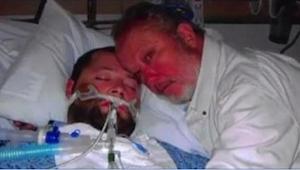 Když ho lékaři chtěli odpojit od přístrojů, jeho otec na ně namířil zbraň. Tehdy
