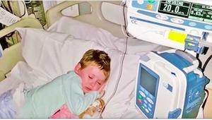 Jedna z fotek nemocné holčičky se stala symbolem boje s rakovinou. Zachycuje jej