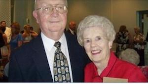 Jeho žena umírá ve věku 83 let. O 2 dny později otevře její peněženku a najde v