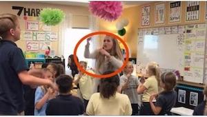 Učitelka zapnula hudbu a vyskočila na stůl… Děti ji milují!