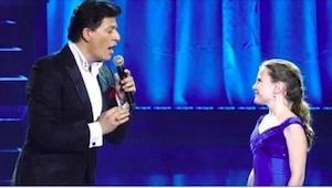 Když muž začal zpívat, publikum se spokojeně usmívalo, když se k němu přidala 12