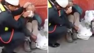 Policistka nevěděla, že ji snímá kamera. Podívejte se, co udělala, když procháze