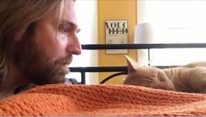 Muž se pomalu plíží ke spící kočce a z toho, co udělal, se mi chce plakat… smích