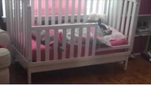 Matka chce zkontrolovat, jestli její dítě spí. Ukázalo se, že holčička nespí sam