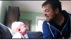 Sledujte, jak strýc čte pohádku své neteři. Z toho, co udělá holčička, se nebude