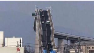 Řidič natočil svou jízdu přes nejstrmější most na světě. Toto video děsí!