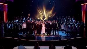 Když začalo 165 lidí zpívat TUTO píseň, publiku se na okamžik zatajil dech…