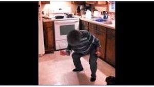 Z toho, co tato babička začne vyvádět v kuchyni, se popukáte smíchy! Skvělé!