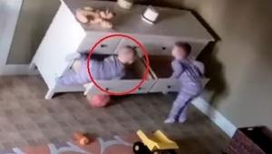 Komoda spadla na chlapce. To, co udělal jeho bratr, je neuvěřitelné!