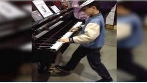 Když v obchodě uviděl svůj oblíbený hudební nástroj, nemohl si ho nevyzkoušet! T