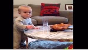 Máma zakazuje miminku dotknout se sklenice vody, jeho reakce je k nezaplacení –