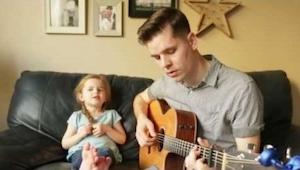 Muž začal krásně zpívat, když ale otevře ústa jeho teprve 4letá dcerka, budete m