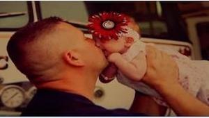 S porodem jí pomohl hasič. Když matka později dívenku opustila, udělal něco, co