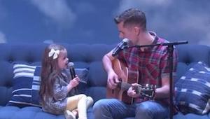 Táta začal hrát na kytaru a zpívat, ale když začne zpívat jeho 4letá dcera, bude