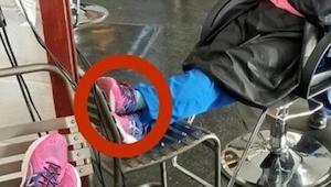 Sestřička zaspala v kadeřnictví v křesle. To, co jí kadeřnice spatřila na botách