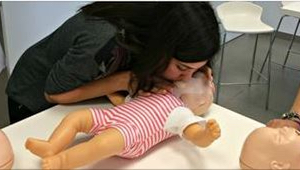 Dítě se dusilo, a rodič neví, co má udělat? Zabraňte takové situaci! Podívejte s