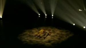 Taneční pár leží na pódiu. Když vstane, publikum udělá to samé!