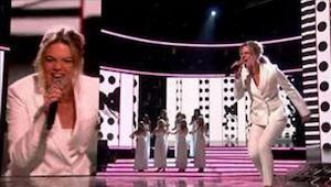17letá dívka zpívá Its A Mans World a svým výkonem si vyslouží ovace publika i p