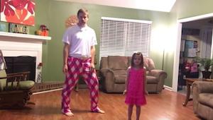Tatínek a jeho roztomilá dcerka se rozhodli natočit, jak společně tančí. Je to h