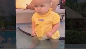 Půlroční holčička spadla do vody a její matka nemůže reagovat! Z videa běhá mráz