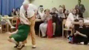 Starší muž vytáhne svou partnerku na taneční parket. Ve 49. vteřině z nich nikdo