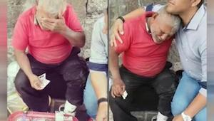 Tento muž seděl na ulici několik hodin a prodával sladkosti. Když k němu přišel