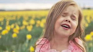 Poslechněte si, jak 4letá zpívá hymnu Velikonoc!