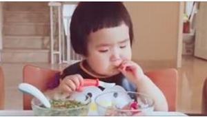 Nikdy jsem neviděl dítě s takovým apetitem! To musíte vidět!