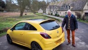 Pro jeden detail obyvatelé vesničky doškrábali auto 84letého dědečka. Po jeho po
