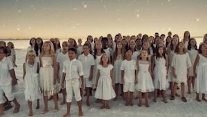 Dětský pěvecký sbor zpívá píseň populární zpěvačky Rihanny – nemůžeme přestat po