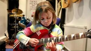7letá holčička začíná hrát na kytaru. To, co udělá za okamžik způsobí, že nebude