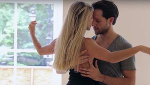 Nejlepší baletní tanečníci tančí na moderní píseň a okouzlí vás romantickou chor