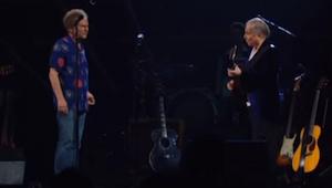 Po mnoha letech pauzy se dvojice umělců objevila na pódiu, aby zahrála skladbu.