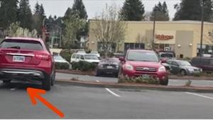 Ten muž obsadil dvě parkovací místa. Když se vrátil k autu, čekalo na něj zaslou