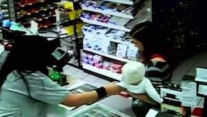 Žena vytrhla z náručí nakupující dítě - o několik minut později se stalo něco ne
