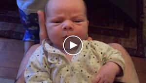 Táta natáčí svého syna, jak dělá legrační obličeje. Pak miminko udělá něco, z če