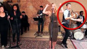 Blonďatá zpěvačka je skvělá, ale počkejte, až uvidíte, co dělá kluk, který hraje