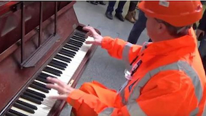 Zaměstnanec železničního nádraží začal hrát na pianino a kolemjdoucí byli v šoku