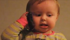 Způsob, jakým si toto miminko povídá přes telefon se svým tátou, vykouzlí úsměv