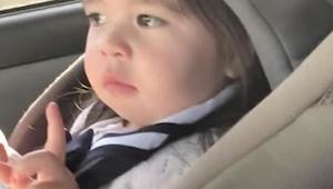 Všechno odložte a podívejte se, jak tato holčička reaguje na svou oblíbenou píse