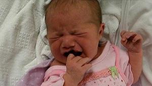 Dítě pláče, že ho všechno bolí a nemůže vydržet. Přečtěte si, proč k němu rodiče